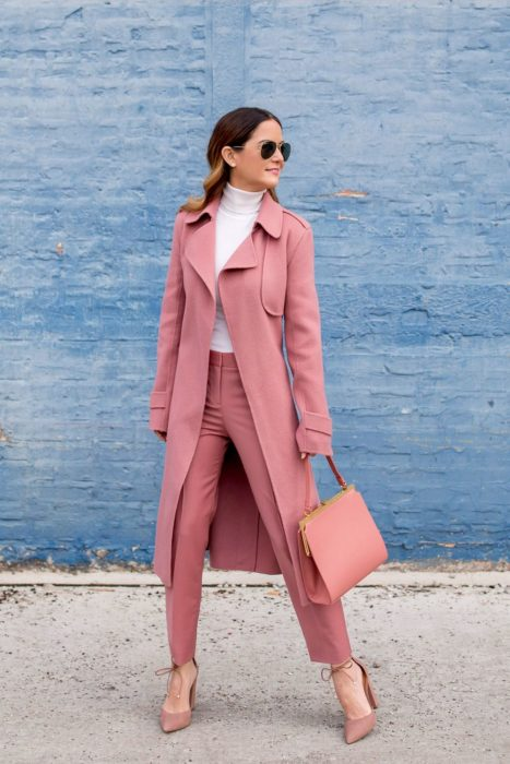 Chica usando un traje de color rosa