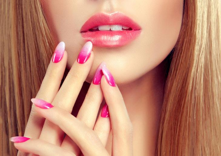 mujer con uñas rosas