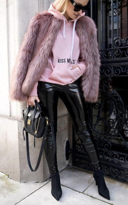 Chica usando una sudadera con un abrigo afelpado de color rosa