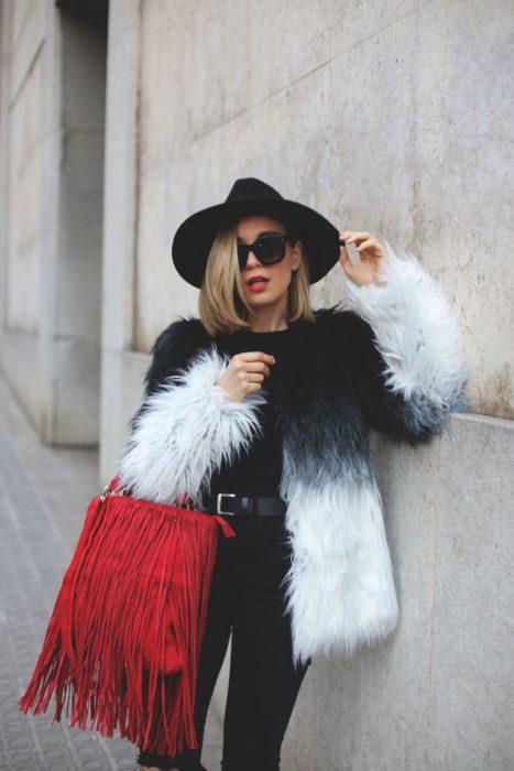 Chica usando un abrigo de color blanco con negro