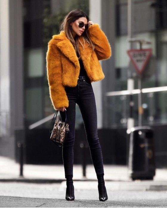 Chica usando un abrigo de color naranja
