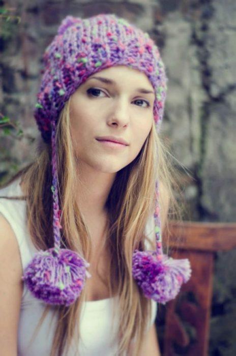 Chica llevando gorro tejido estilo peruano en tono morado