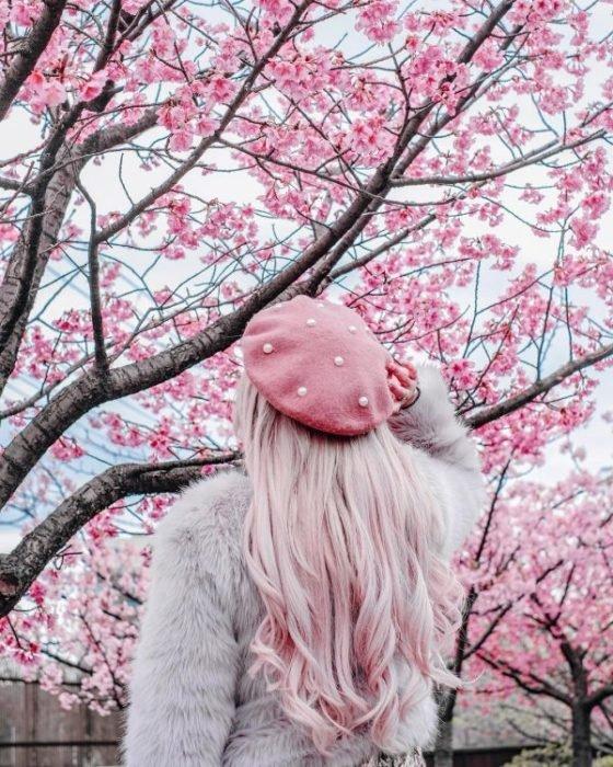 Chica llevando gorro tejido estilo boina en color rosa pastel
