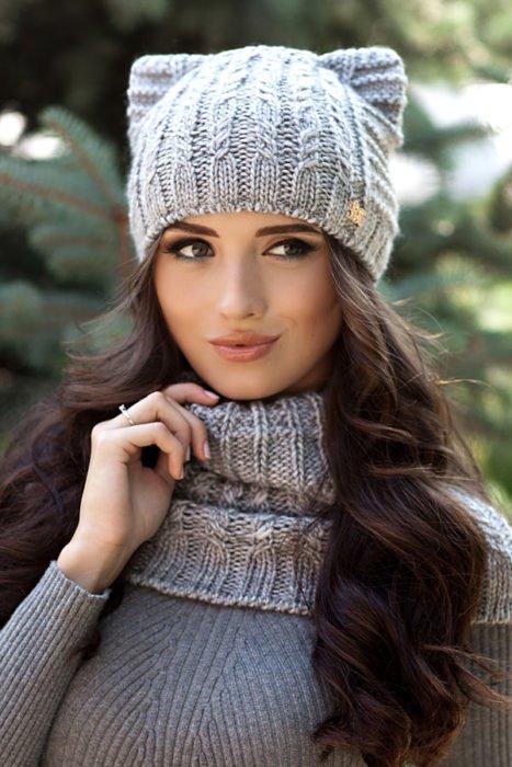 Chica con gorro tejido en color gris claro con orejas de gato