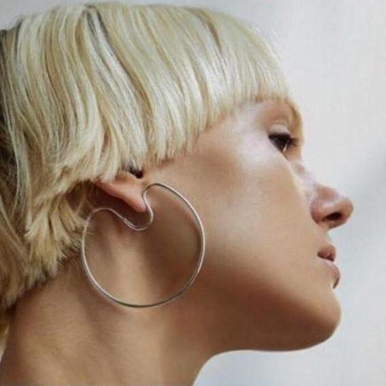 cara de perfil de una mujer rubia con corte 'bowl'
