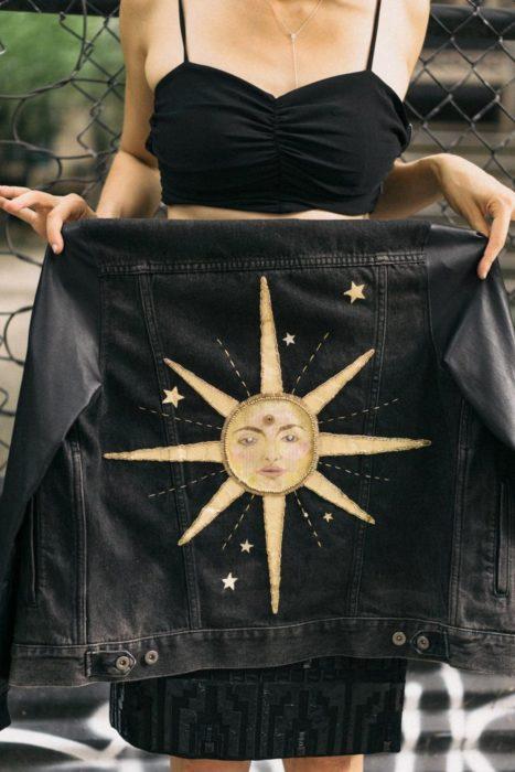 Ropa de constelaciones; chamarra con bordado de sol con rostro