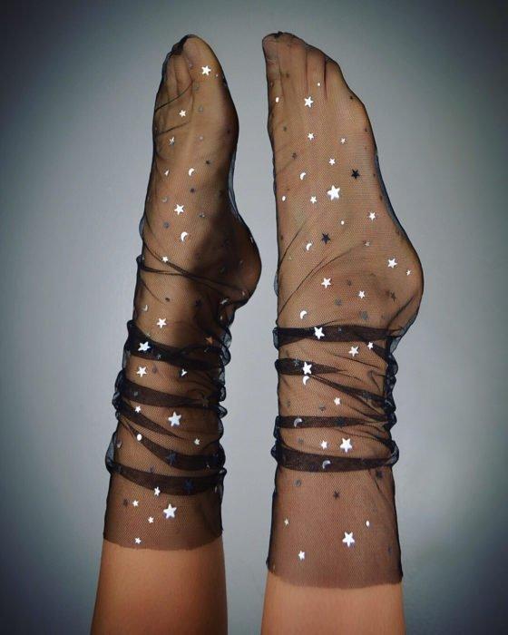 Ropa de constelaciones; calcetas negras de tela de gasa con estrellas y lunas plateadas
