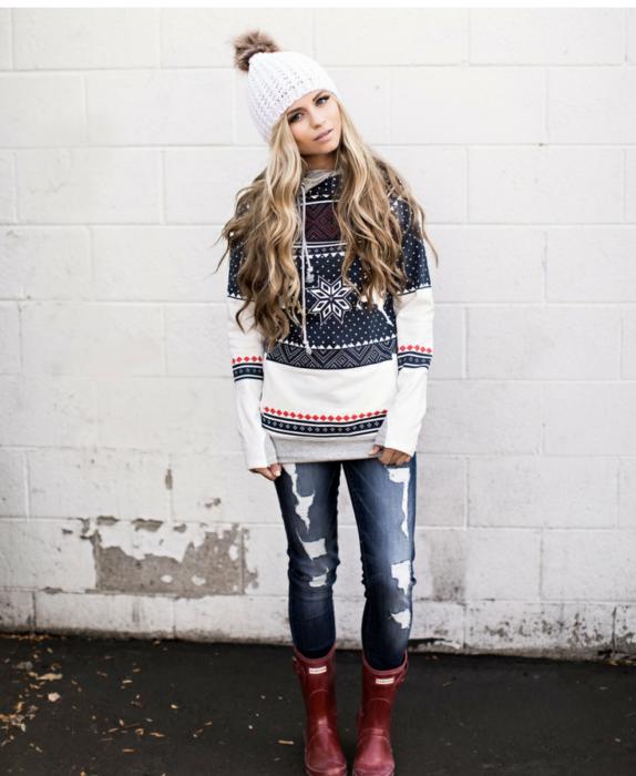 Chica usando un ugly sweterr con jeans y un gorrito de invierno