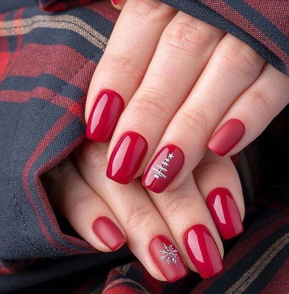 Manicura en rojo con detalles en gris