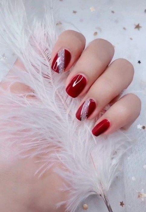 Manicura en rojo con detalle plateado en glitter