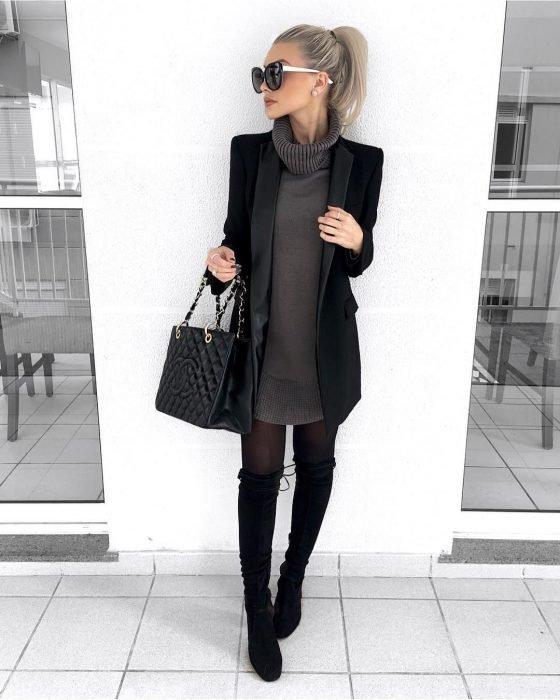 Chica usando un outfit de color negro con gris, medias altas y medias de color negro