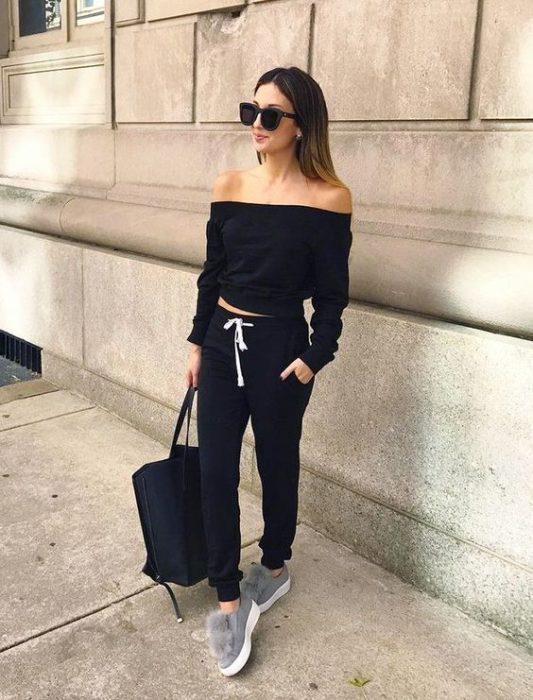 Chica usando un conjunto de pants en color negro