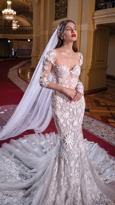 Chica con un vestido de novia en color blanco con estampado floral y velo largo