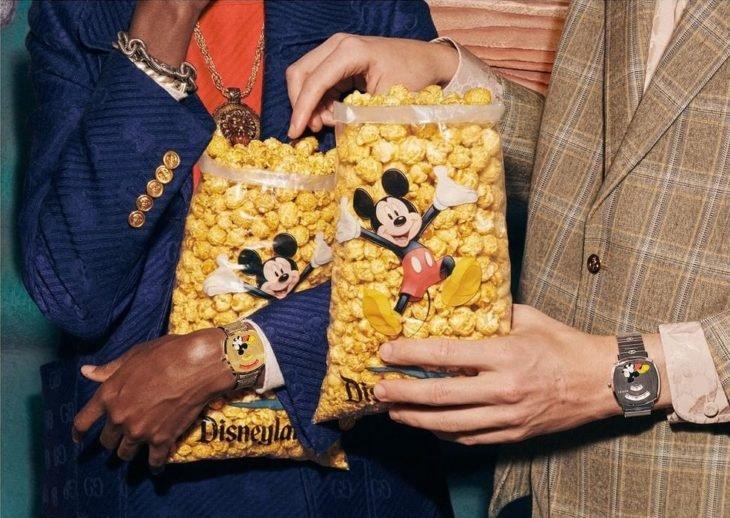 Chicos usando relojes de mano, modelando para la colección Gucci x Mickey Mouse