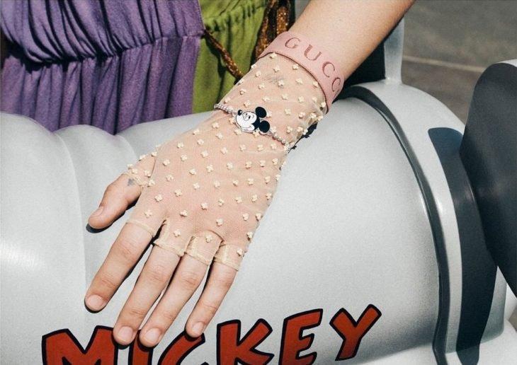 Chica con un guante transparente, modelando para la colección Gucci x Mickey Mouse