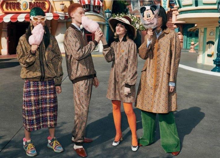 Cgupo de amigos comiendo algodón de azúcar modelando para la colección Gucci x Mickey Mouse