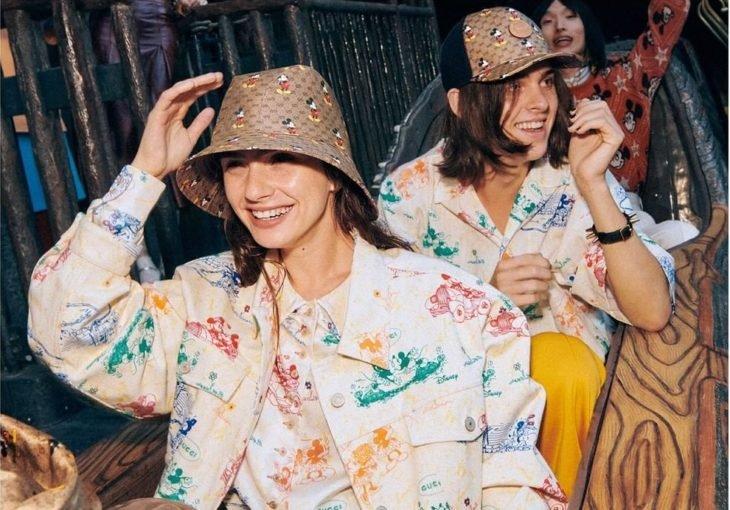 Amigos sonriendo y modelando para la colección Gucci x Mickey Mouse