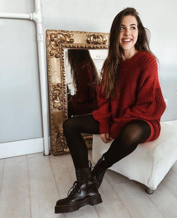 Chica con suetér en rojo vino amplio y leggings negros