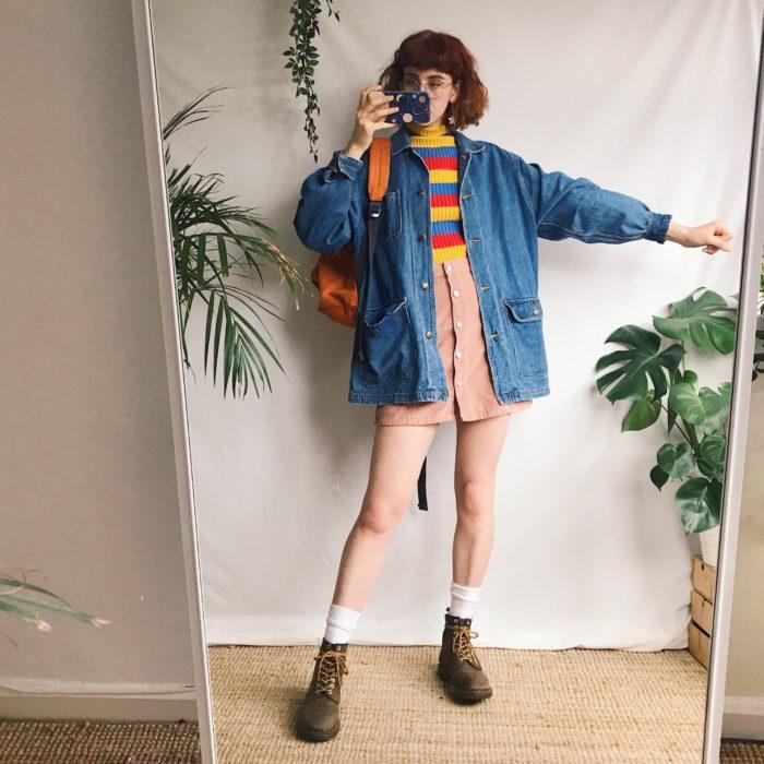 Chica llevando look con mangas amplias y short rosa