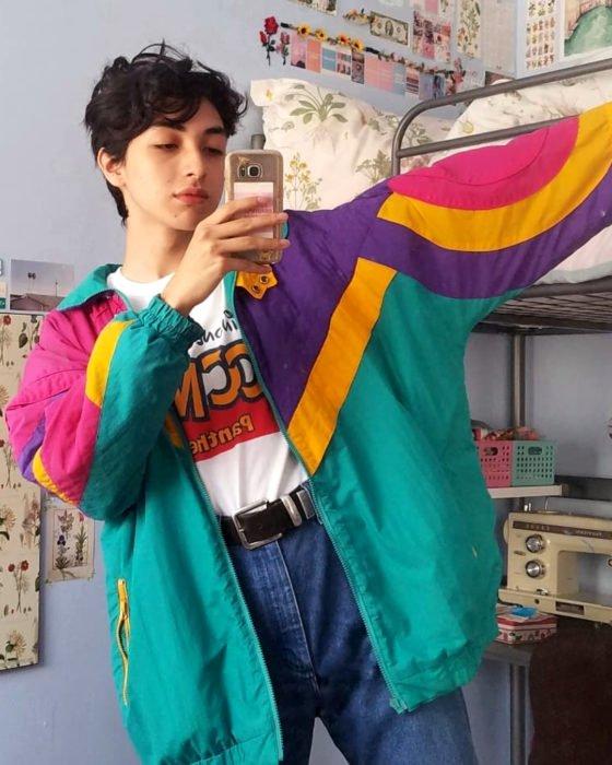 celestialyouth, joven recrea atuendos vintage de Sailor Moon; chamarra oversized colorida, morada, verde, anaranjada y rosa, jean a la cintura
