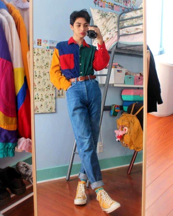 celestialyouth, joven recrea atuendos vintage de Sailor Moon; camisa de diferentes colores, anaranjada, azul, roja y verde, jeans a la cintura, converse anaranjados, selfie frente al espejo