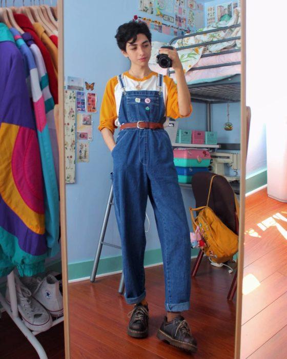 celestialyouth, joven recrea atuendos vintage de Sailor Moon; overol de mezclilla con cinturón café, playera blanca con mangas amarillas