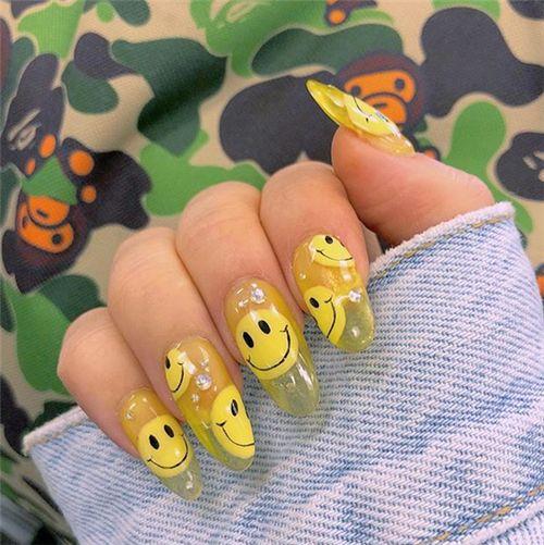 Uñas efecto gelatina en tono amarillo