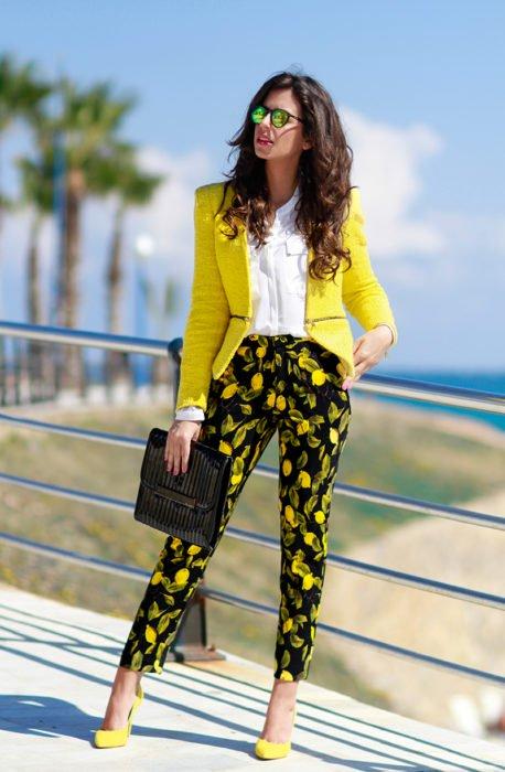 Mujer usando tacones amarillos con outfit en conjunto