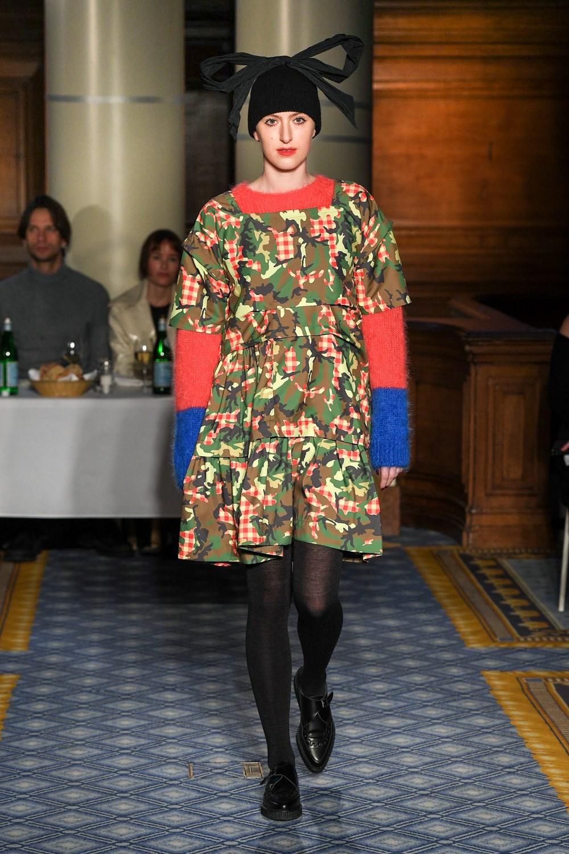 Los vestidos de voluminosos de Molly Goddard también se llevan con jerséis de punto