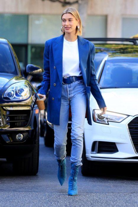Hailey Bieber caminando por la calle mientras usa un blue look total