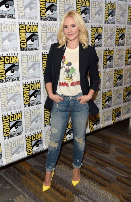 Chica usando jeans, blazer y camisa de dibujos animados