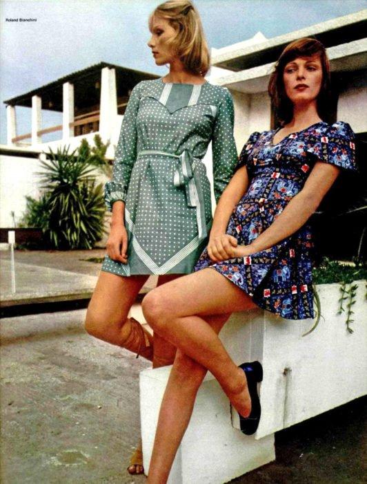 Moda femenina de los 70; amigas con vestido verde de lunares blancos, y azul de elefantes; ropa y peinado retro