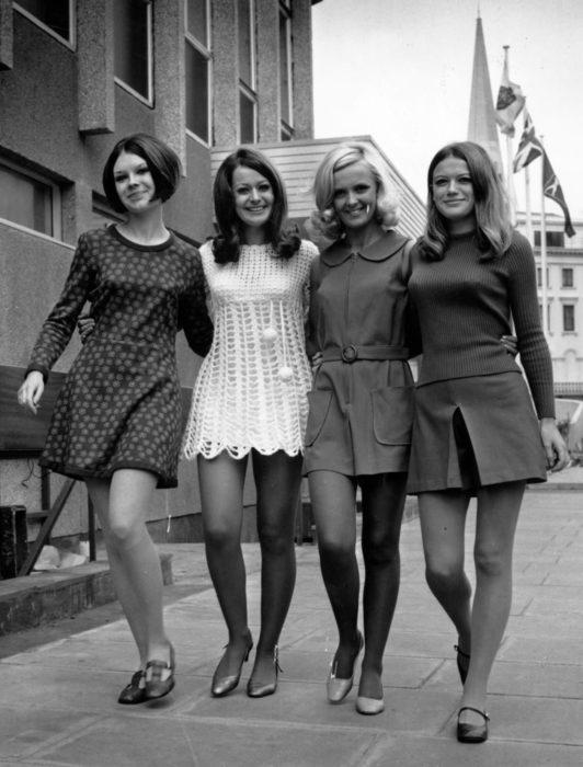 Moda femenina de los 70; amigas caminando en la calle, vestido floral, tejido de crochet, falda con suéter, flats, ropa retro