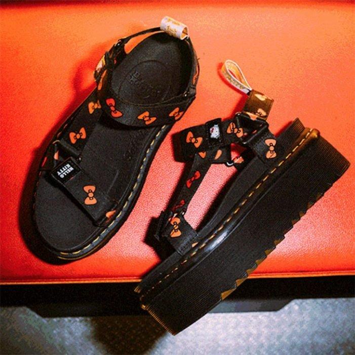 Sandalias con plataforma alta en color negro con detalles de Hello Kitty