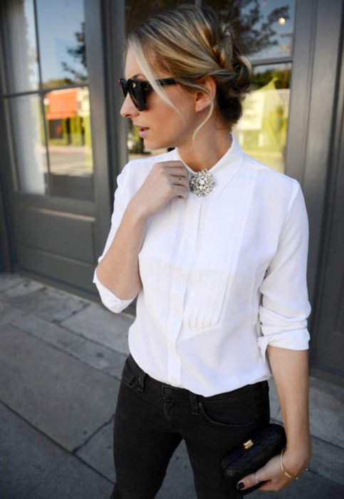 Outfit con blusa blanca; mujer rubia con peinado twist, camisa blanca con broche brillante