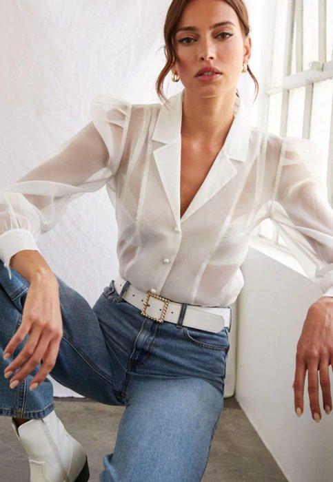 Outfit con blusa blanca; mujer con camisa de mangas transparentes