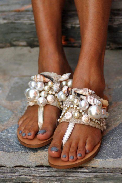 Sandalias con aplicaciones