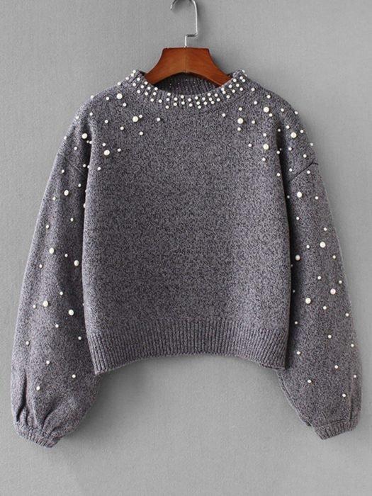 Suéter gris holgado con perlitas en mangas y cuello
