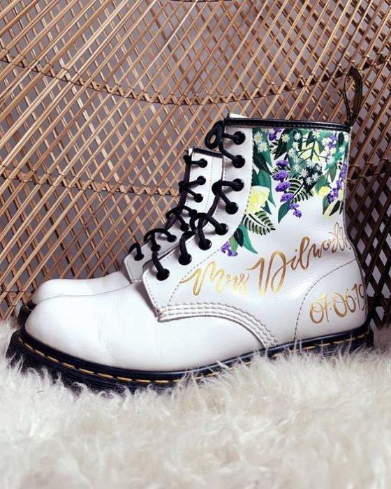 Botas blancas estilo Dr. Martens con grabado de bodas