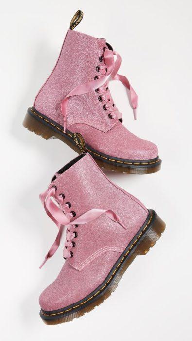 Botas rosas con glitters estilo Dr. Martens para bodas