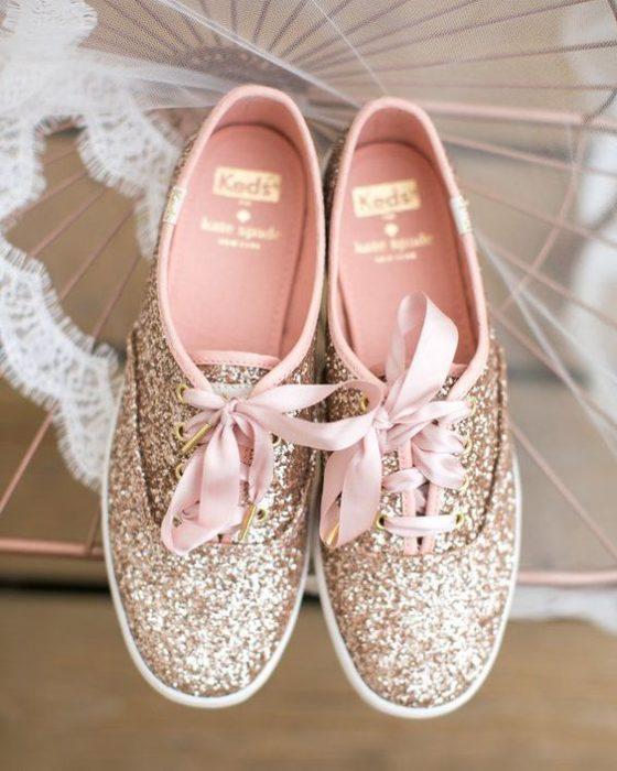 Tenis en dorado con glitters y cintillas rosas pastel para bodas
