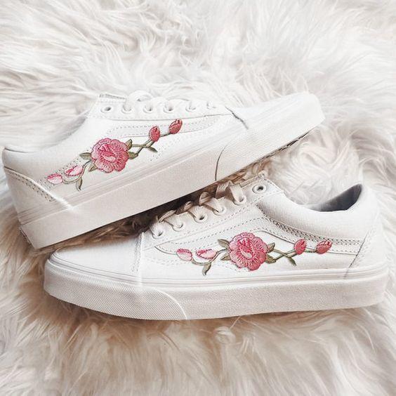 Tenis blancos con flores pintadas en tono rosa pastel