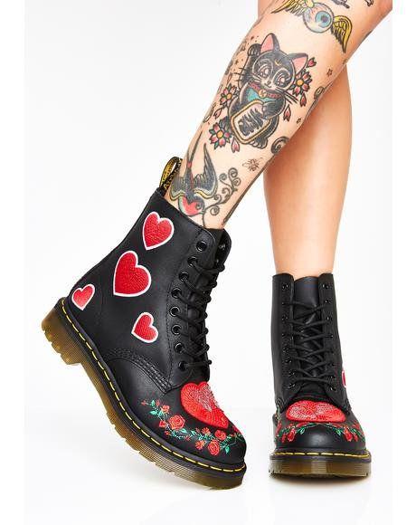 Botas negras estilo Dr. Martens con corazones rojos