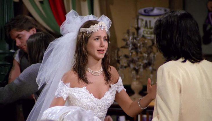 Escena de Friends donde Rachel está vestida de novia