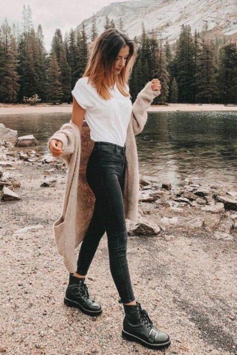 Chica usando skinny jeans negros con blusa blanca