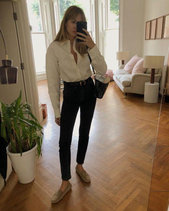 Chica usando camiseta blanca, skinny jeans de color negro y zapatos dorados