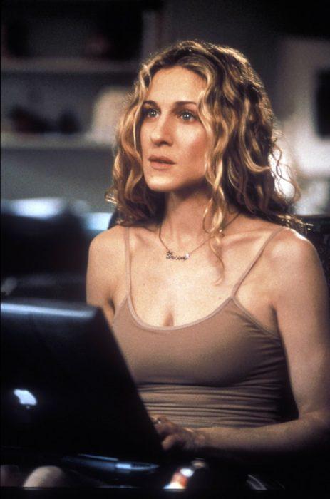 Carrie Bradshaw vistiendo blusa de tirantes básica y cadena de oro sencilla