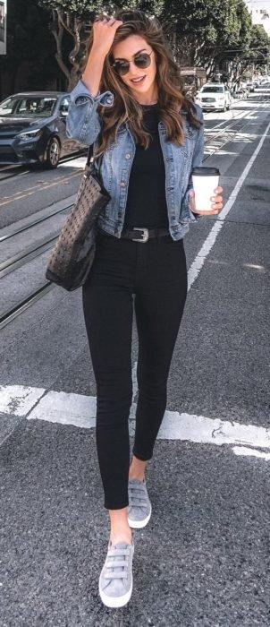 Outfit negro con tenis grises y chaqueta denim