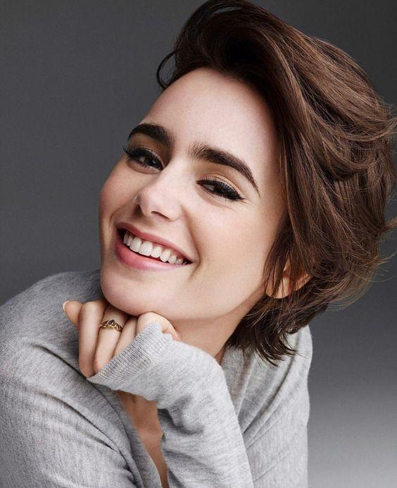 Lily Collin sonriendo para una sesión de fotos casual