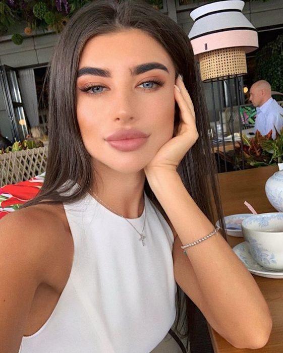 Chica tomando una selfie en tonos naturales